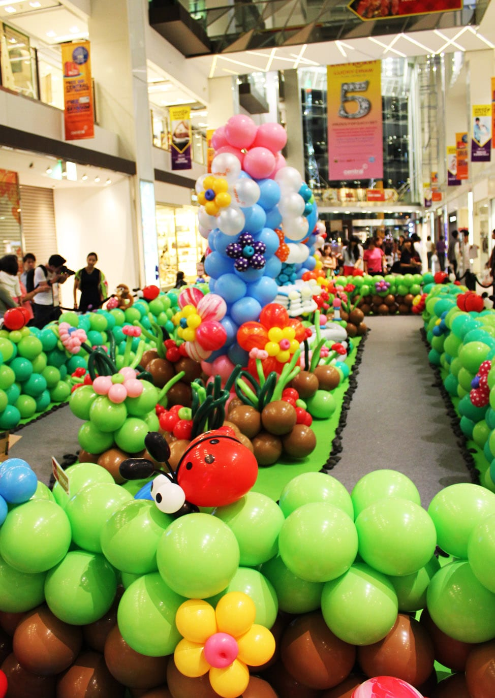 Shopping malls jocelynballoons the leading balloon for Balloon decoration company