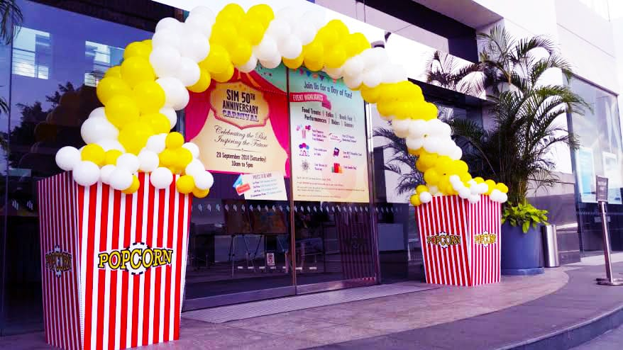 Popcorn balloon arch jocelynballoons the leading for Balloon decoration company